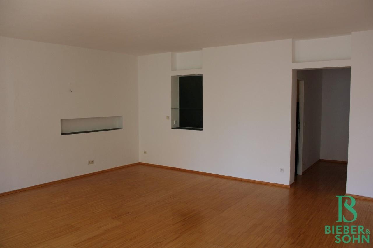 Wohnzimmer / Vorraum / Bad