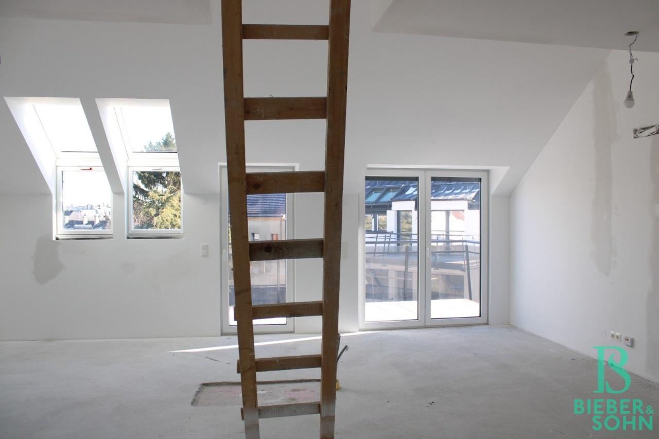 Wohnzimmer / Zimmer / Balkon