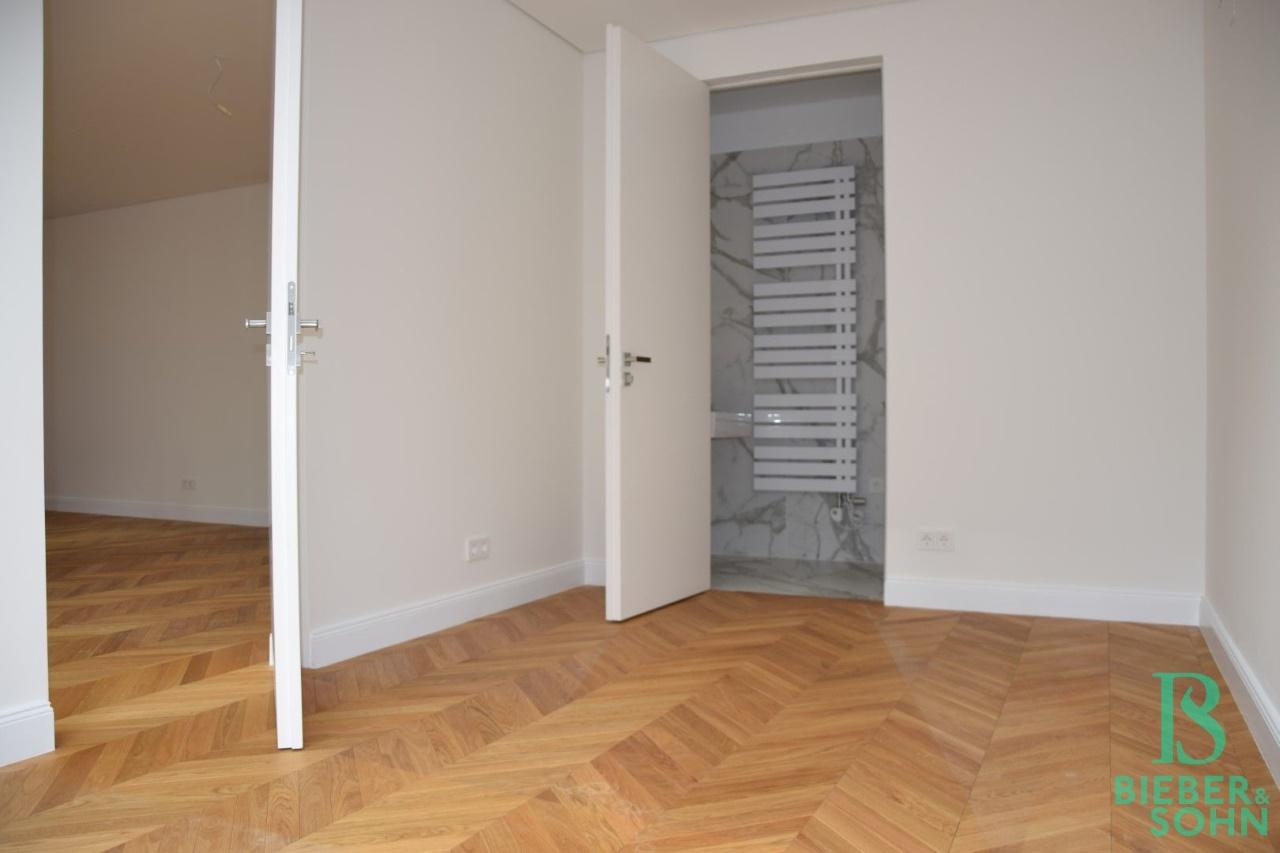 Zimmer/Blick Duschbad